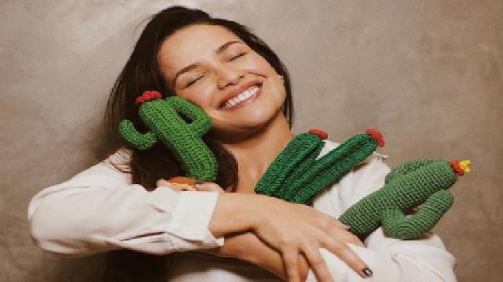 Juliette posa abraçada com cactos, o símbolo da sua torcida e fãs