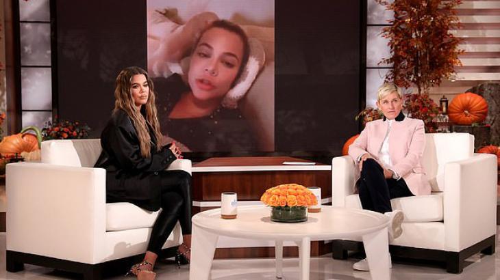 Klhoe Kardashian sentada no programa de Ellen