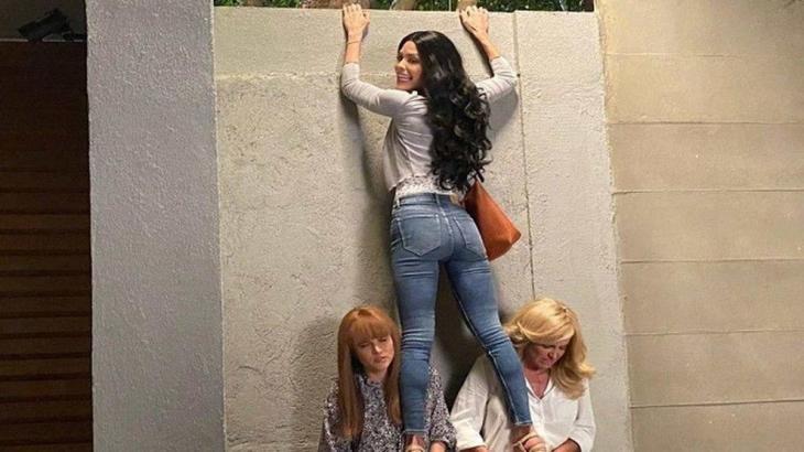 Kyra se apoiando em Luna e Alexia enquanto escala muro