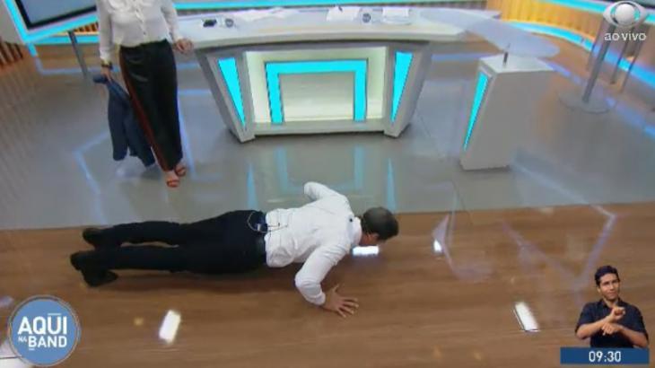 Luís Ernesto Lacombe fazendo flexões ao vivo - Reprodução/TV Bandeirantes