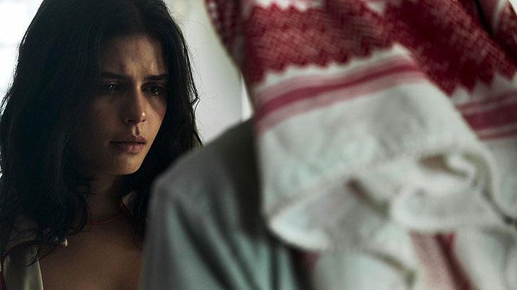 Laila (Julia Dalavia) procura Aziz (Herson Capri) e diz que aceita casar, caso ele pague o tratamento de seu irmão
