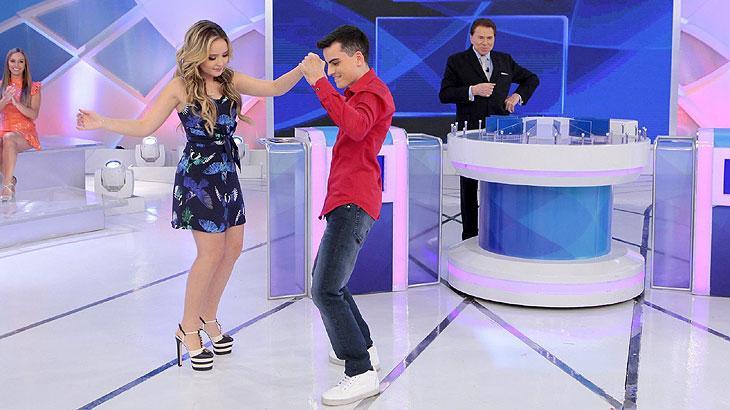 Diferente de Maisa, Larissa Manoela dança com Dudu Camargo no