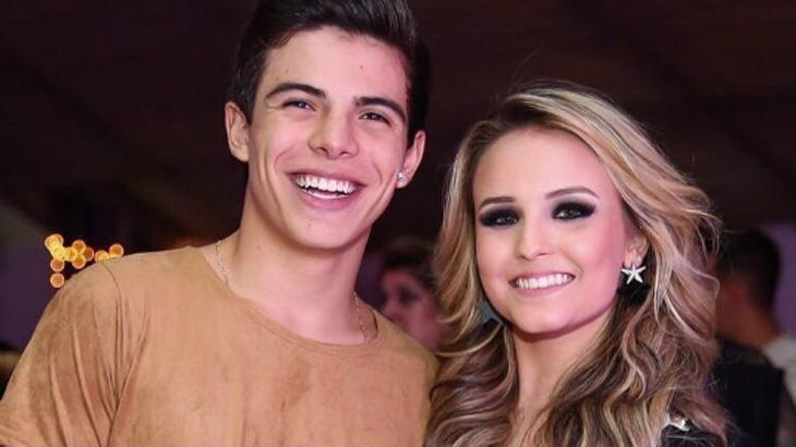 Larissa Manoela e Thomaz Costa assumem namoro com troca de alianças na Disney