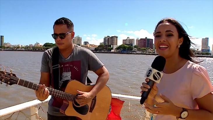 Jornalista Lays Rocha cantando