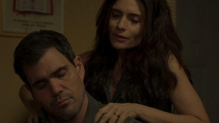 Leila sentada por trás de Magno fazendo massagem em seus ombros