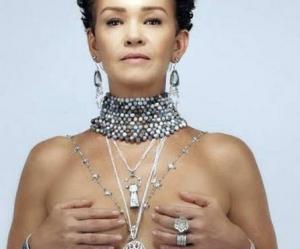Aos 51 anos, Júlia Lemmertz ousa em campanha e faz topless