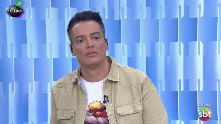 Leo Dias usa camiseta com HQ de beijo gay no