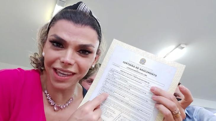 """Léo Áquilla muda certidão de nascimento e chora: """"Ser mulher não é ter vagina"""""""