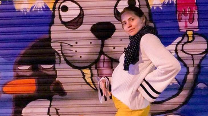 """Letícia Colin mostra barriguinha de grávida: """"Fico redonda, dura e emoliente"""""""