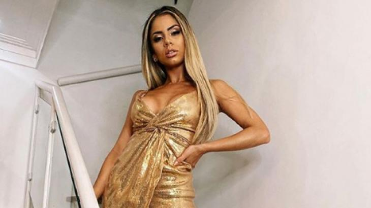 Lexa de vestido dourado