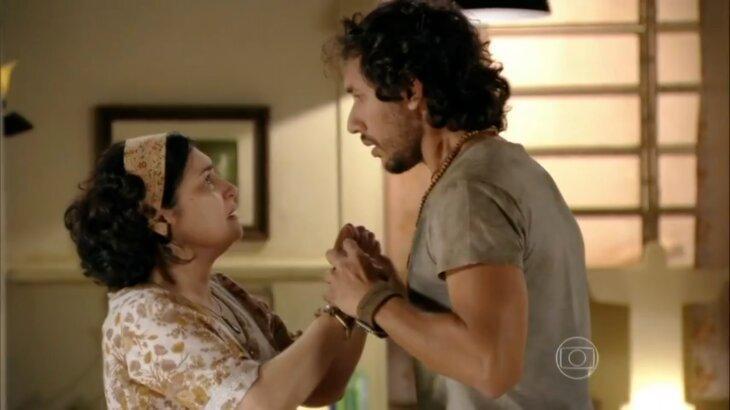 Maria Adilia e Lino segurando a mão um do outro
