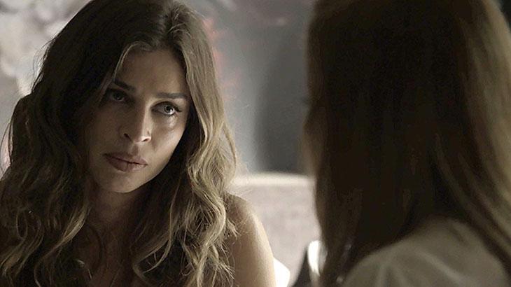 Lívia escuta desabafo de Sophia