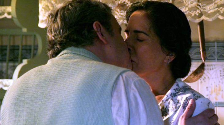 Lola se rende aos encantos de Afonso no final de Éramos Seis - Reprodução/TV Globo