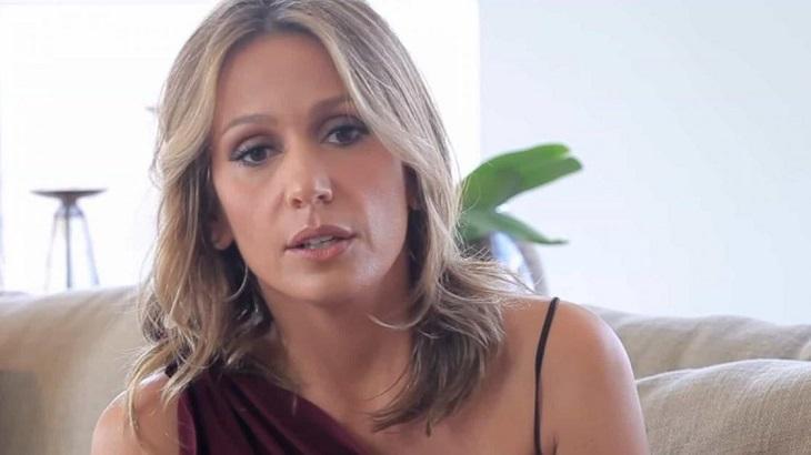 A apresentadora Luisa Mell séria com um blusa de alcinha e cabelos soltos