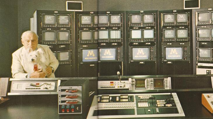 Adolpho Bloch no controle mestre da Manchete, em 1983 - Divulgação