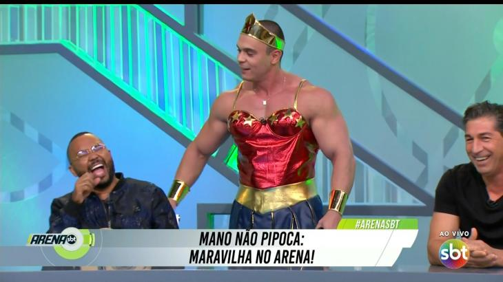 Mano como Mulher-Maravilha no Arena SBT