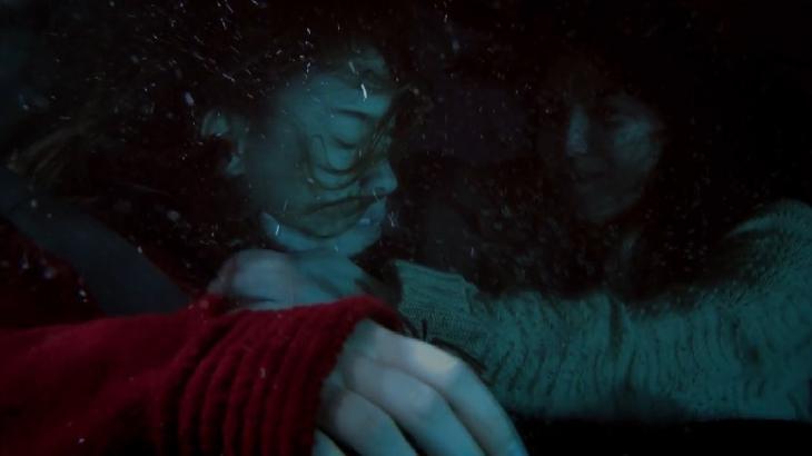 Ana e Manu submersas na água em a Vida da Gente