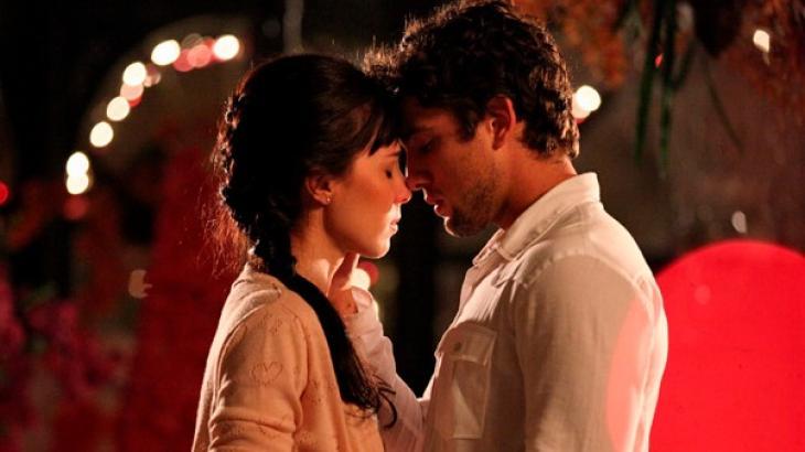 Rodrigo e Manuela se olhando apaixonados