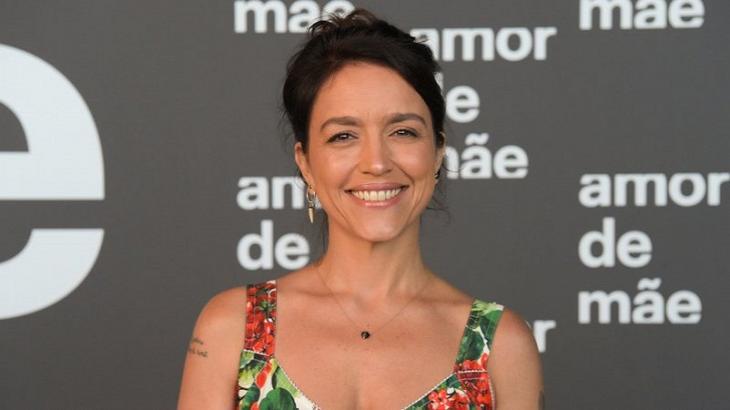 Manuela Dias posada para foto na coletiva de Amor de Mãe
