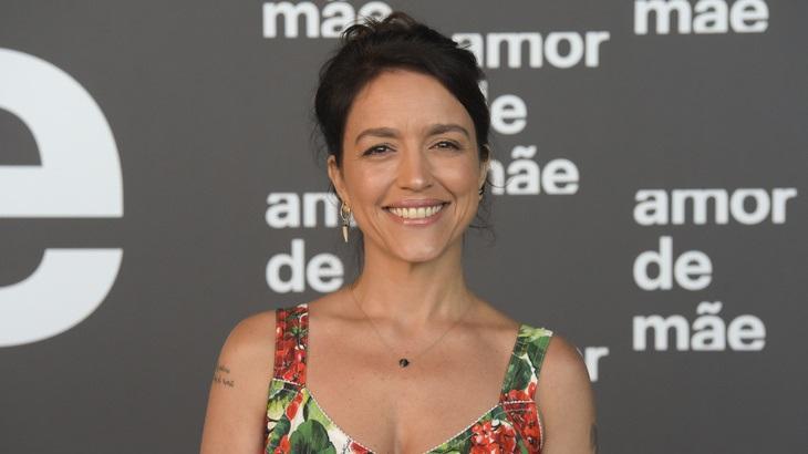 Manuela Dias posa para foto na coletiva de imprensa da novela Amor de Mãe, da Globo