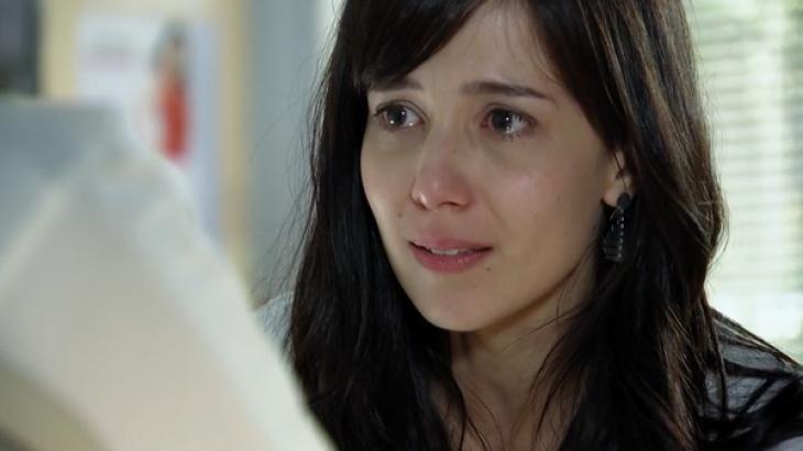 Manuela em A Vida da Gente com lágrimas nos olhos