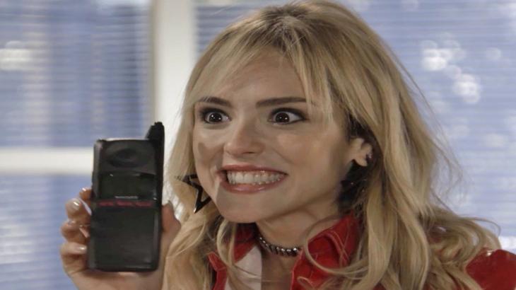 Manuela pega o celular de Jerônimo sem que ele perceba - Divulgação/TV Globo
