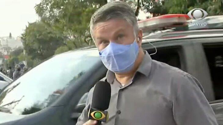 Repórter Marcelo Moreira durante flash para o Brasil Urgente