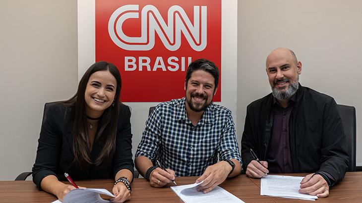 Mari Palma, Phelipe Siani e Douglas Tavolaro na assinatura de contrato - Divulgação/CNN Brasil
