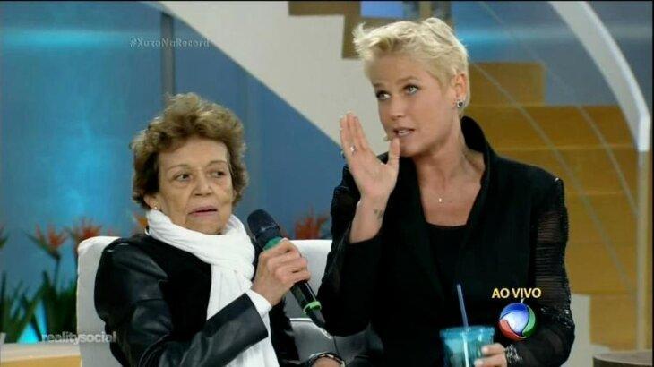 Xuxa Meneghel ao lado de Maria do Rosário durante programa ao vivo