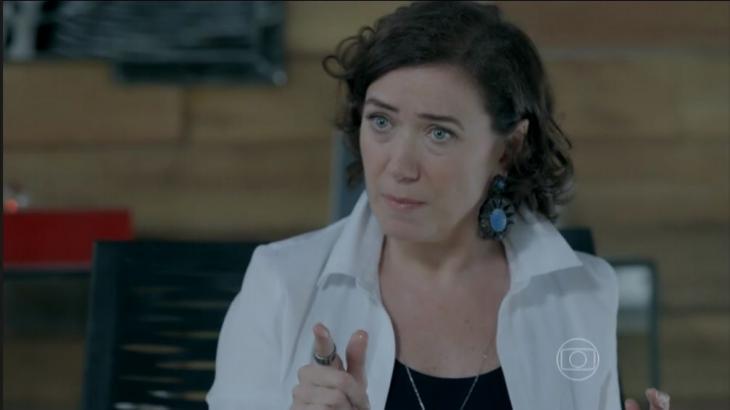 Maria Marta apontando para Isis enquanto fala