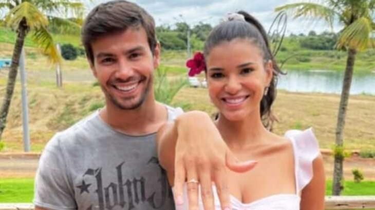 Ao lado de Mariano, Jakelyne Oliveira exibe anel de compromisso