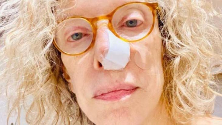 Marília Gabriela com nariz tampado