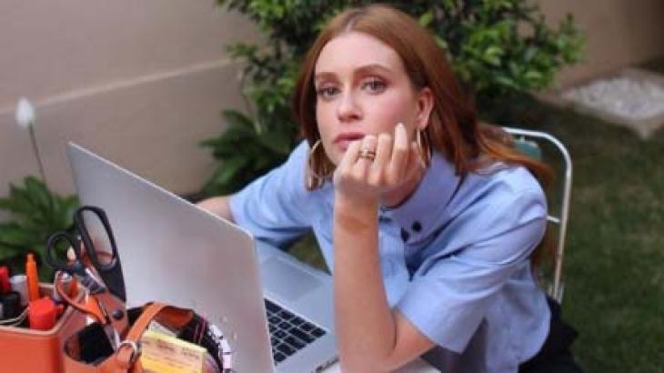 Marina Ruy Barbosa no computador