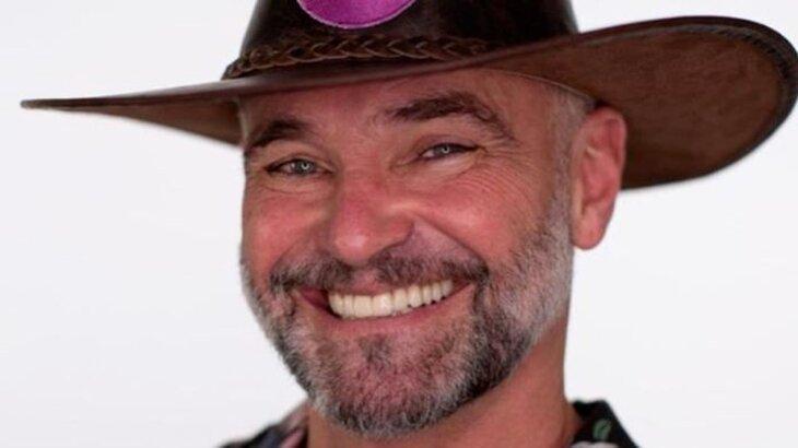 Mateus Carrieri com chapéu de fazendeiro