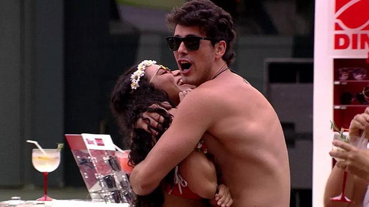 Maycon abraça Elana durante Pool Party