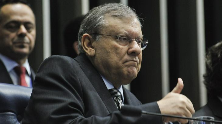 Milton Neves tranquiliza fãs após passar mal ao vivo: