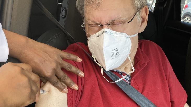 Milton Neves recebe vacina contra Covid-19 dentro de carro