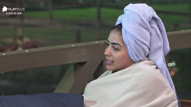 MC Mirella de toalha lilás na cabeça