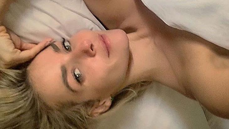Monique Alfradique posta foto na cama e diz: