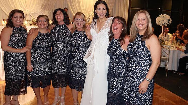 Mulher vai à casamento e encontra cinco convidadas com mesmo vestido