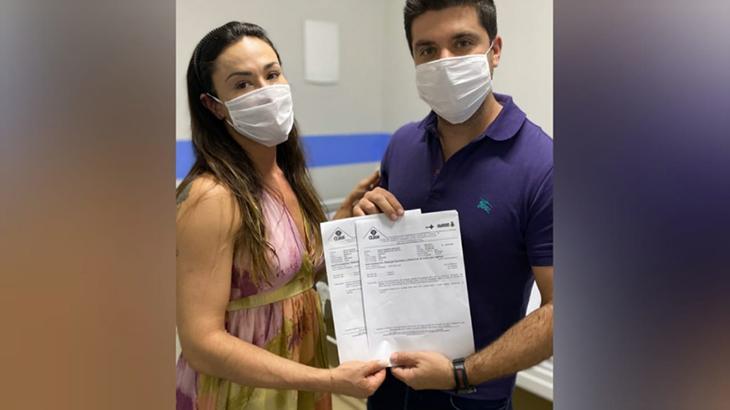 Nadja Haddad e o marido, Danilo Joan, mostram exame negativo para coronavírus