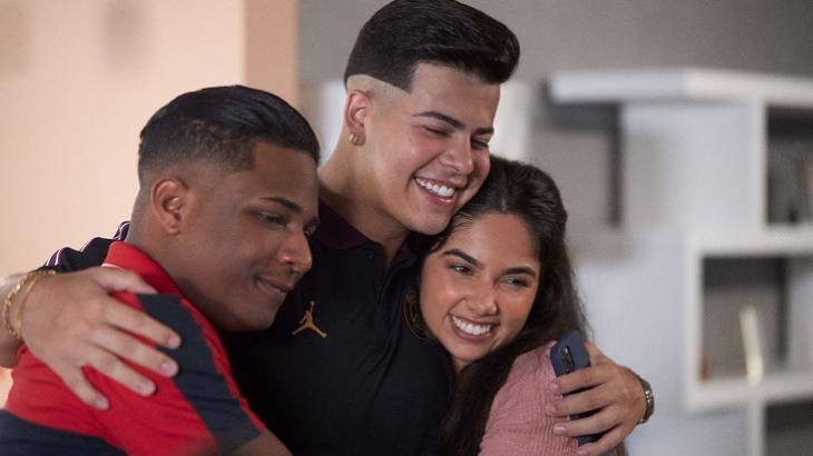 Protagonistas de Sintonia, da Netflix, abraçados e sorrindo