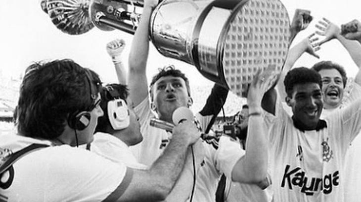 Neto ergue taça do Campeonato Brasileiro de 1990 (Foto: Reprodução/Instagram/10neto)