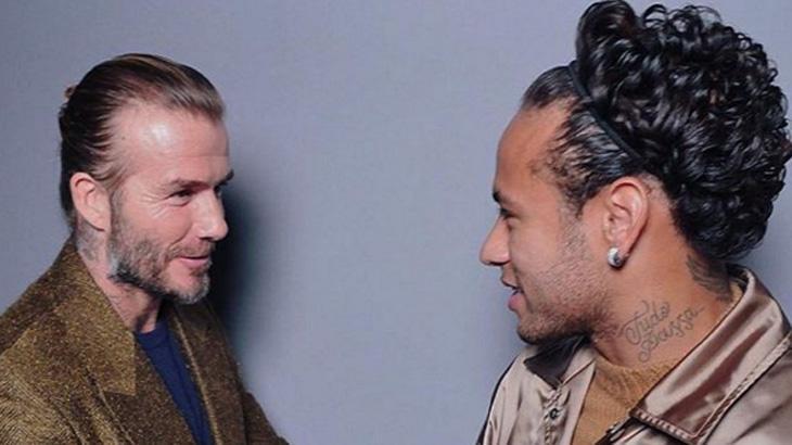 Neymar aparece com tiara no cabelo e leva troco de Alexandre Pato