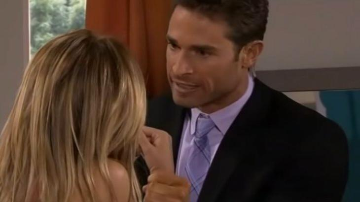 Cena de Amores Verdadeiros com Francisco segurando Nikki pelos pulsos