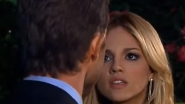 Cena de Amores Verdadeiros com Nikki olhando para Francisco
