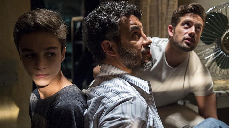 Renato aponta arma para Juvenal e faz Tomaz de refém: