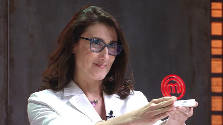 Paola Carosella segura trofeuzinho do MasterChef 2020 (Foto: Reprodução/Band)