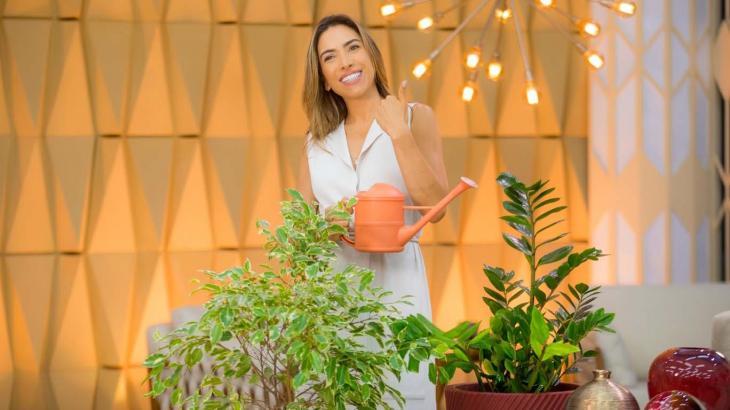 Patrícia Abravanel regando planta