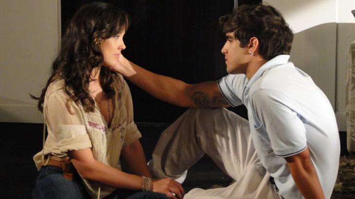 Fina Estampa: Antenor toma coragem e pede Patrícia em casamento